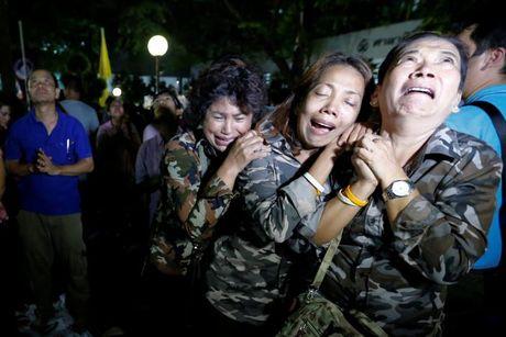 Nguoi dan Thai Lan oa khoc thuong tiec vua Bhumibol Adulyadej - Anh 2