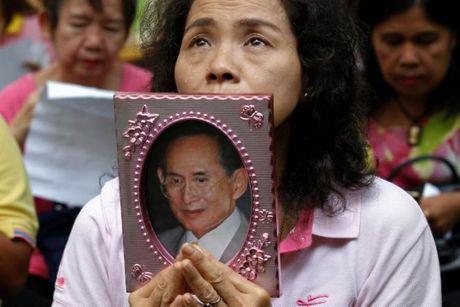 Nguoi dan Thai Lan oa khoc thuong tiec vua Bhumibol Adulyadej - Anh 5