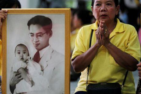 Nguoi dan Thai Lan oa khoc thuong tiec vua Bhumibol Adulyadej - Anh 6