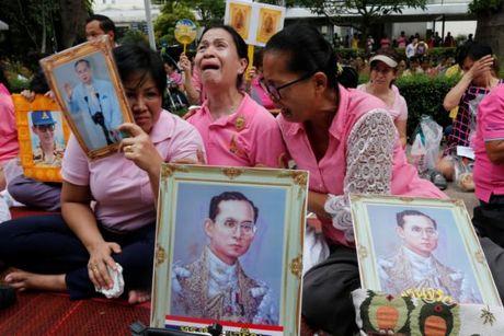 Nguoi dan Thai Lan oa khoc thuong tiec vua Bhumibol Adulyadej - Anh 7