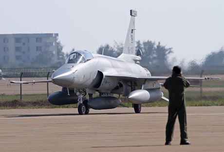 Trung Quoc va Nga co the gap rui ro khi ban vu khi cho Philippines? - Anh 1