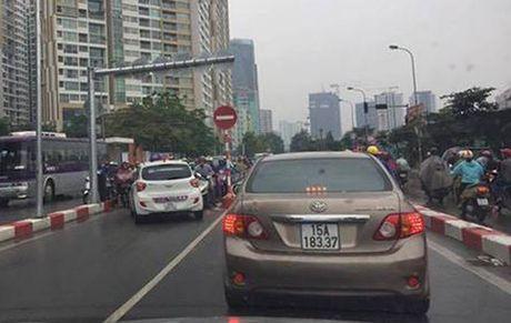 Canh sat trieu tap 2 lai xe taxi Vic 'ru nhau' di nguoc chieu tren cau vuot - Anh 1