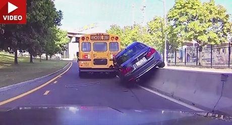 Co tinh vuot xe bus, sieu xe BMW nhan qua dang - Anh 1