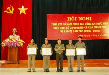 Khen thuong tap the, ca nhan co thanh tich trong cong tac bao ve dan pho - Anh 1