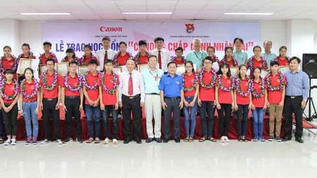 'Chap canh nhan tai' cho hoc sinh, sinh vien ngheo - Anh 2