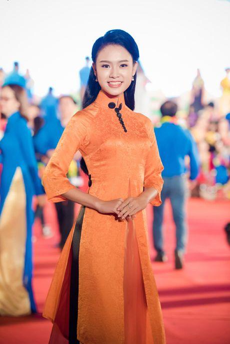 Dien ao dai la mat, 'nguoi dep truyen thong' Ngoc Van bi vay kin o su kien - Anh 1