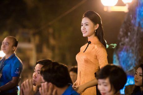 Dien ao dai la mat, 'nguoi dep truyen thong' Ngoc Van bi vay kin o su kien - Anh 2
