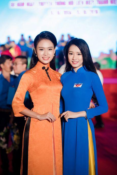 Dien ao dai la mat, 'nguoi dep truyen thong' Ngoc Van bi vay kin o su kien - Anh 6