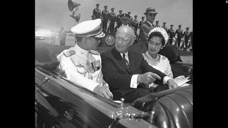 Cuoc doi Duc vua Thai Lan Bhumibol Adulyadej qua anh - Anh 5