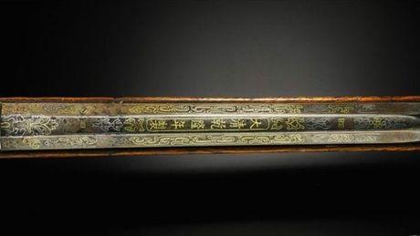 Sotheby ban dau gia sung nam vang cua Vua Can Long - Anh 1