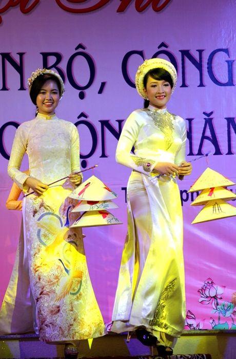 Ngam ve dep cua nu CNVC-LD thuot tha trong ta ao dai Hue - Anh 3