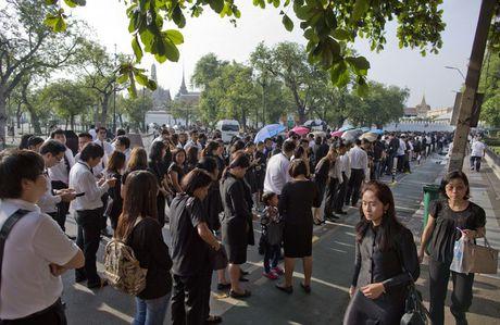 Nguoi Thai vay quanh Hoang cung don linh cuu nha vua - Anh 1