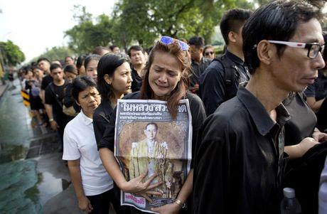 Nguoi Thai vay quanh Hoang cung don linh cuu nha vua - Anh 2