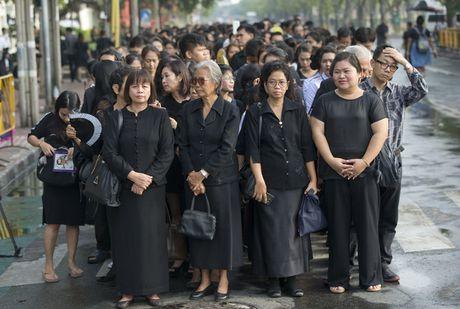 Nguoi Thai vay quanh Hoang cung don linh cuu nha vua - Anh 3