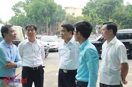 Chu tich HN thi sat nha ve sinh cong cong giua trua - Anh 2