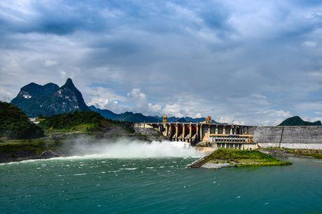 Lac vao huyen thoai giua long ho thuy dien Tuyen Quang - Anh 17