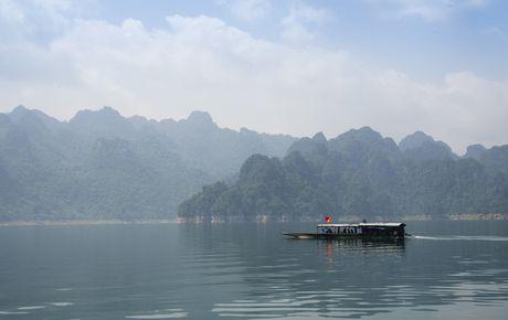Lac vao huyen thoai giua long ho thuy dien Tuyen Quang - Anh 2