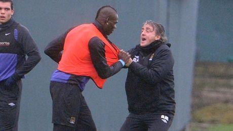 Su that vu Mancini xo xat voi Balotelli - Anh 1