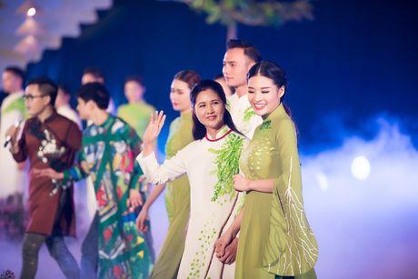 Loat nghe si gao coi dien ao dai trinh dien thoi trang - Anh 2