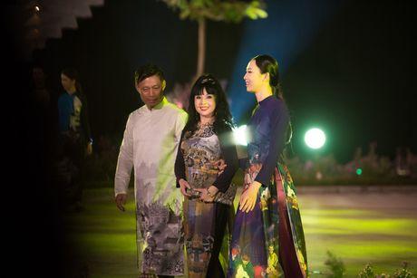 Loat nghe si gao coi dien ao dai trinh dien thoi trang - Anh 4