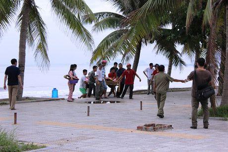 Da Nang: Nhan vien bao ve bai tam chet bat thuong gan mieng cong - Anh 2