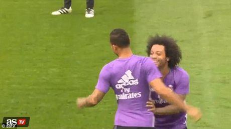 """Bi dong doi """"xo kim"""", Ronaldo noi gian - Anh 2"""