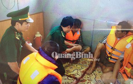 Quang Binh: 8 tau ca bi song danh chim, 1 nguoi mat tich tai cua song Roon - Anh 1