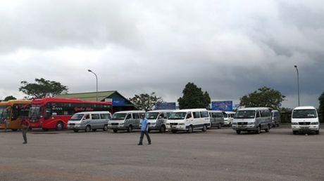 Gan 20 nha xe o Quang Tri ngung hoat dong de phan doi xe du - Anh 1