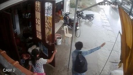 Video 'hot' nhat tuan: O to ngup lan o Quang Binh trong mua lon - Anh 1