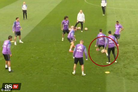 Ronaldo 'que do' vi bi Danilo 'xo kim' - Anh 3