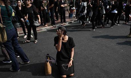 Thai Lan: Nha vua bang ha, trang phuc toi mau doi gia - Anh 1