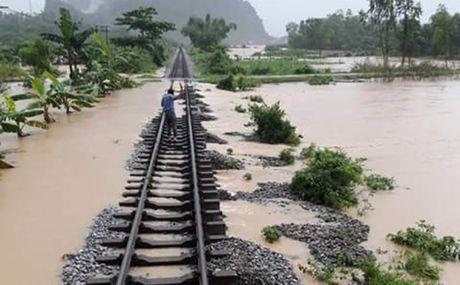 Duong sat chuyen tren 1.000 hanh khach ra khoi khu vuc lu lut - Anh 1