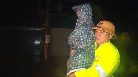 Quang Binh: Giai cuu nguoi dan giua dem mua lu - Anh 4