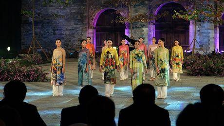 Festival Ao dai Ha Noi: Khong chi la thoi trang ma con la cau chuyen van hoa - Anh 1