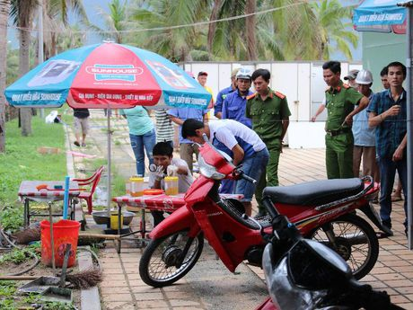 1 bao ve chet bat thuong canh bai bien - Anh 1