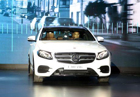 Chi tiet Mercedes E300 AMG gia tren 3 ty vua ra mat tai VN - Anh 1