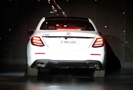 Chi tiet Mercedes E300 AMG gia tren 3 ty vua ra mat tai VN - Anh 3