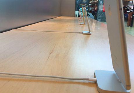 Apple loai bo cap bao ve iPhone, iPad trung bay - Anh 1