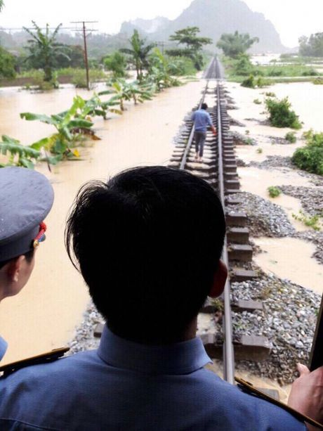 Quang Binh: Can canh doan tau SE19 truoc con lu lich su - Anh 2