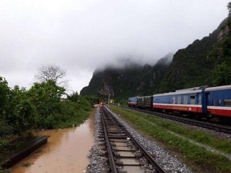 Quang Binh: Can canh doan tau SE19 truoc con lu lich su - Anh 4
