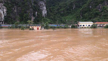 Toan canh tran lu lut lich su dang dien ra tai Quang Binh - Anh 13