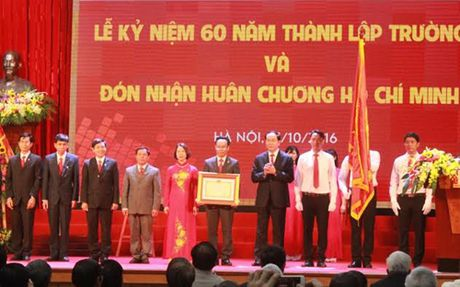 Chu tich nuoc trao Huan chuong Ho Chi Minh cho DH Bach khoa Ha Noi - Anh 2