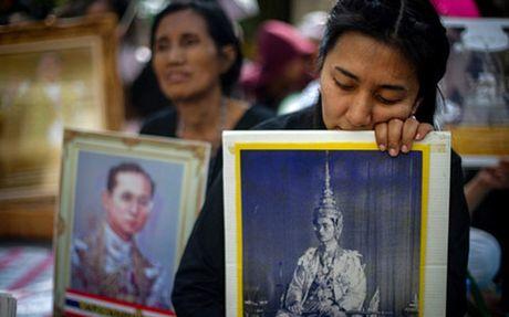 Nguy co thieu ao den de chiu tang Nha Vua Thai Lan - Anh 1