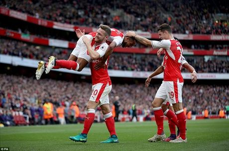 Arsenal 3-2 Swansea: Walcott va Ozil lam, Xhaka pha - Anh 1
