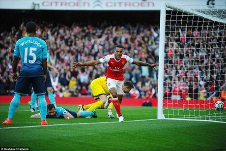 Arsenal 3-2 Swansea: Walcott va Ozil lam, Xhaka pha - Anh 3