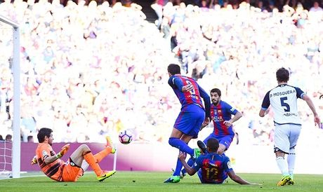 Dam doi thu roi kien tao, ghi ban, Suarez giup Barca dai thang Deportivo - Anh 4