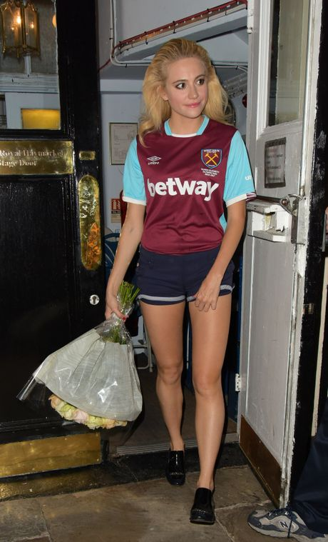 CDV West Ham rao ruc voi Pixie Lott - Anh 2