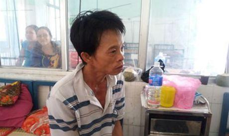 Khong duoc cho di kham, chong chem vo trong ngay gio cha - Anh 1