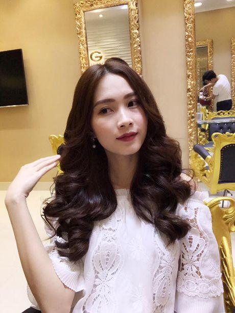 Sao Viet 16/10: BB Tran chan thon dai nhu sieu mau, Linh Miu tuoi roi sau scandal lo nguc - Anh 10