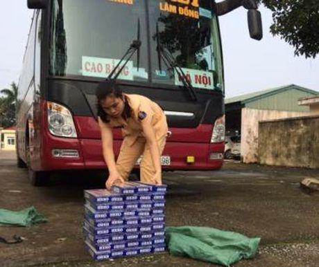 Thanh Hoa: Thu giu hon 800 bao thuoc la ngoai tren xe khach - Anh 1